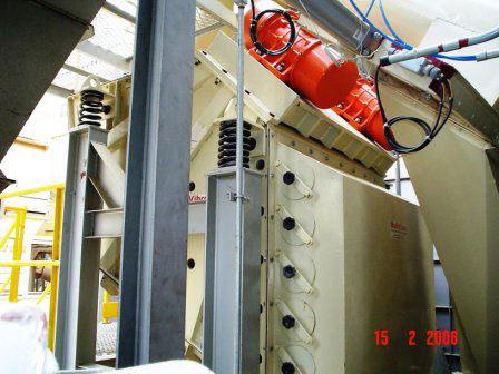 """Peneira Multideck® """"curta"""" instalada para a eliminação de pó contido em cavacos em fábricas de aglomerados de madeira"""