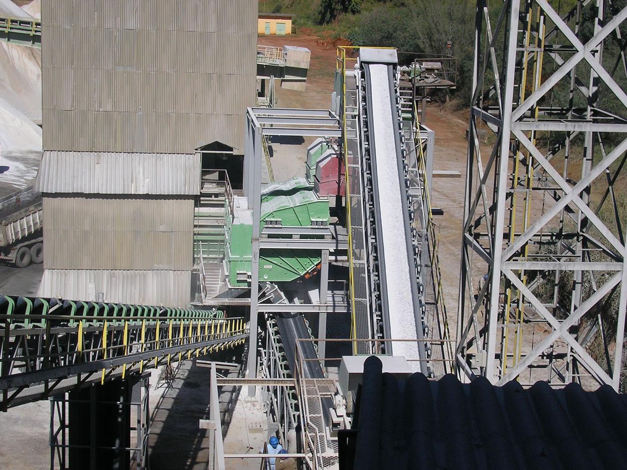 """Peneiras Multideck® """"longas"""" instaladas em fábrica de cimento na classificação de calcareo (30/4,7mm) e (4,7 a 0mm) – 400t/hora de capacidade por máquina"""