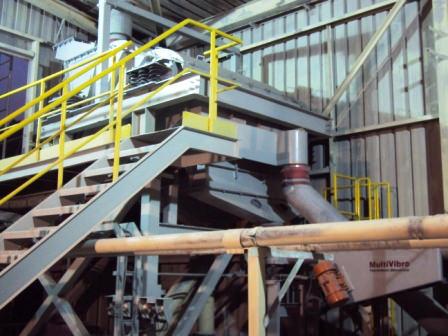 Peneira Multideck® classificando areia calcarea em fábrica de argamassa